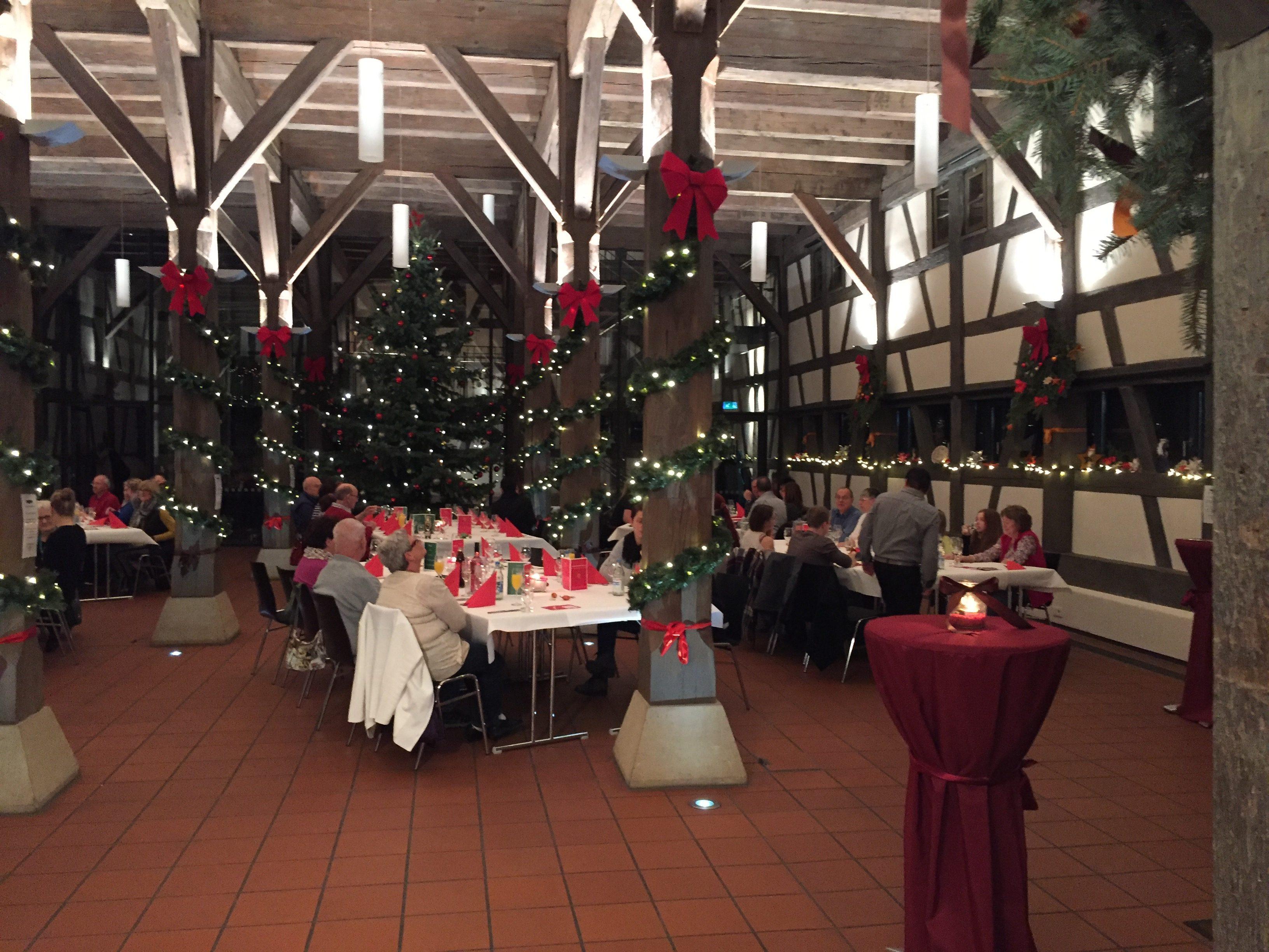 Die festlich geschmückten Tafeln fügen sich hervorragend in das weihnachtliche Ambiente der historischen Kelter ein.